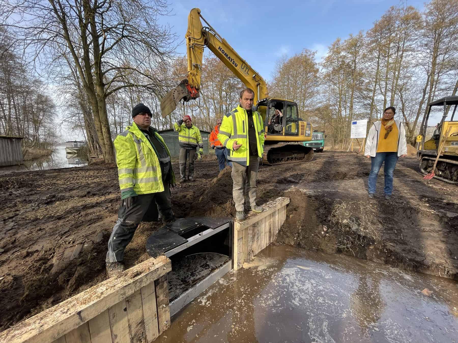 Der Bau eines Staus im Kalkflachmoor. Foto: Sven Herzog